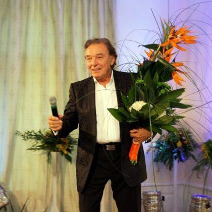 Na slavnostním otevření Zámečku Petrovice zazpíval hostům Karel Gott